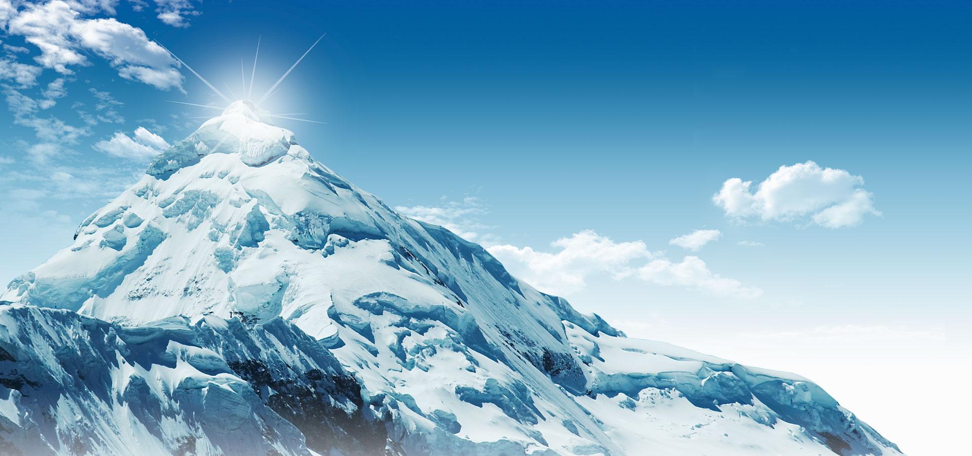 Il paesaggio sullo sfondo di montagne innevate