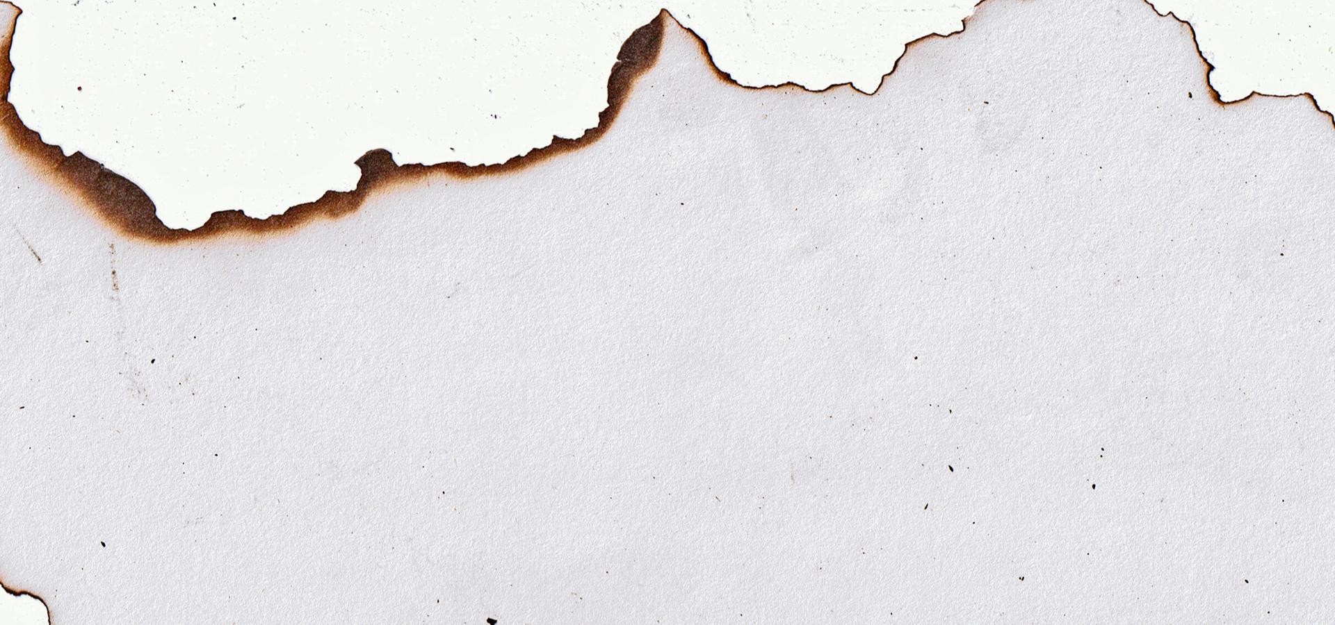 Carta bruciata sullo sfondo bruciato la bianco