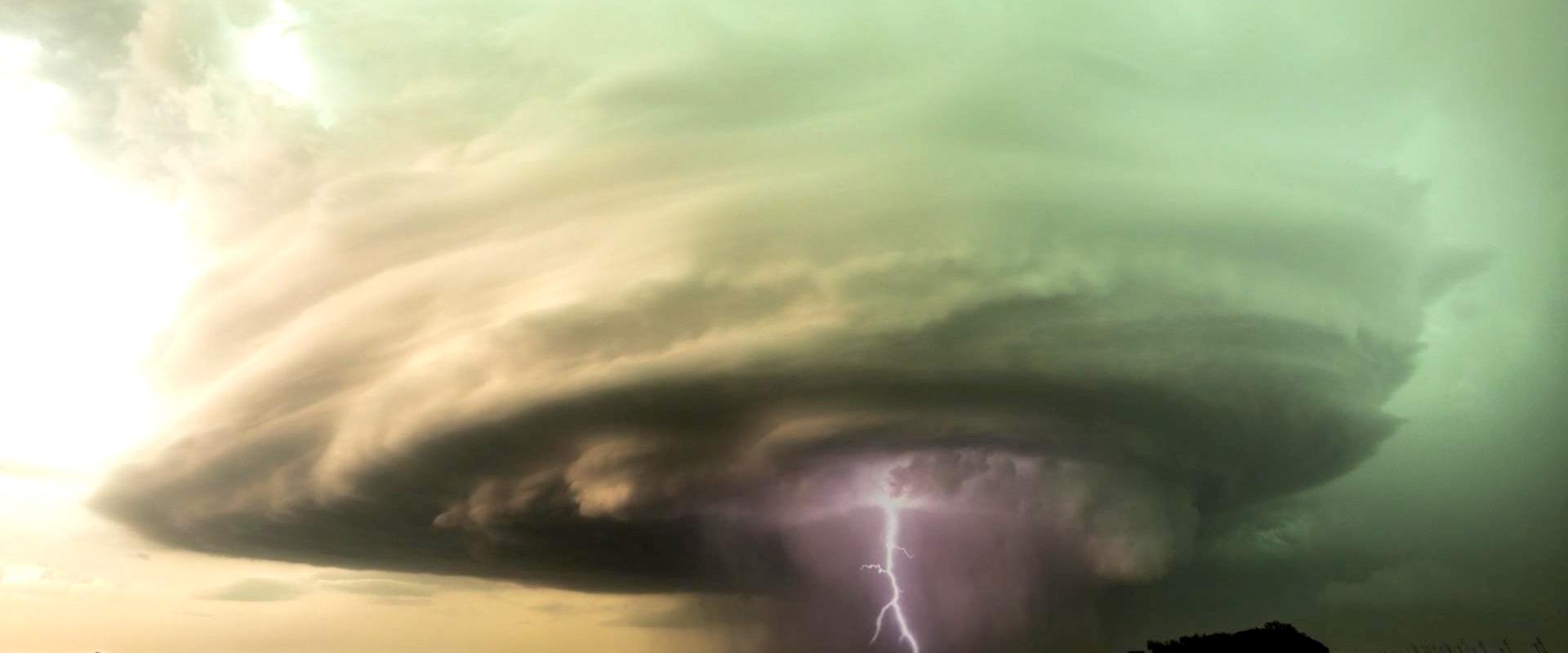 les tornades la foudre  tornade  la foudre  les nuages image de fond pour le t u00e9l u00e9chargement gratuit