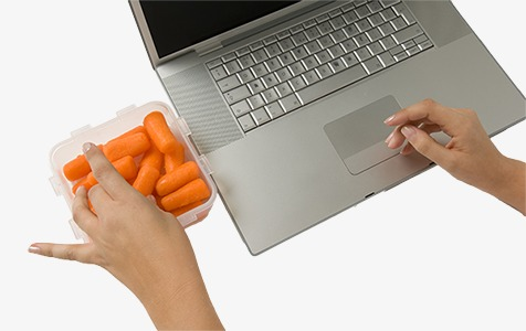 Jouer sur l ordinateur de manger la chambre de travail est au repos