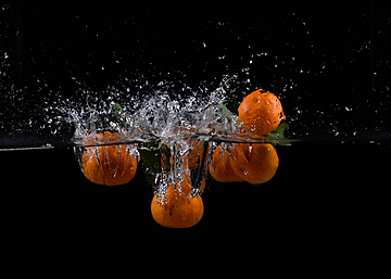 several oranges and splash