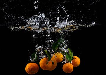 six oranges and splash